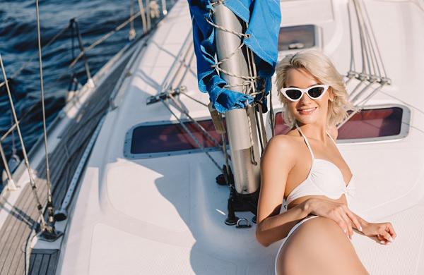Девушка на яхте фотографируется