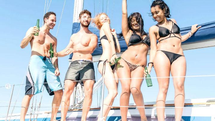 Тусовка на яхте молодых людей