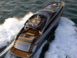 Яхта с флайбриджем в море