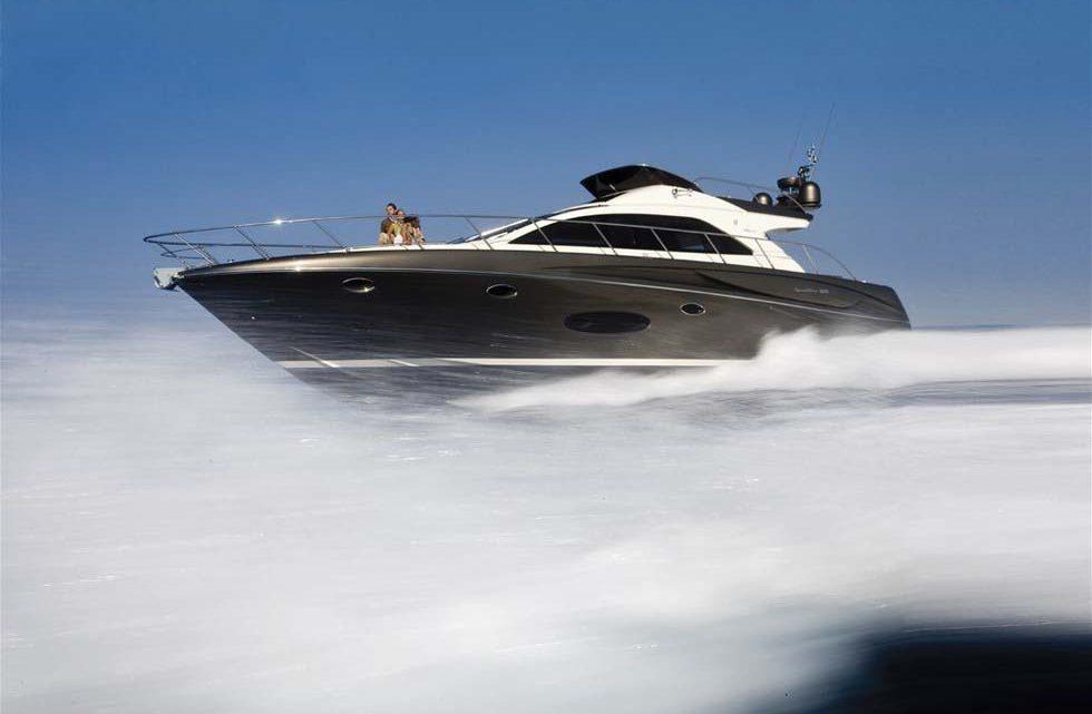 Скоростной катер с людьми в море