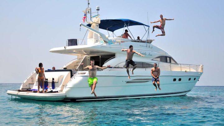 Веселое купание в море с яхты