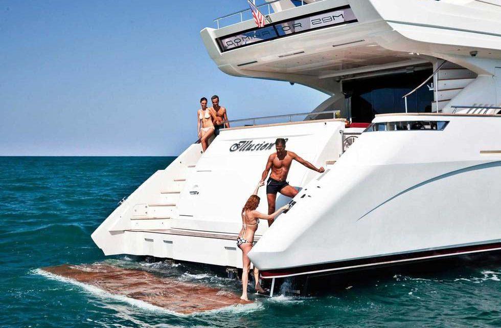 Вип яхта на прогулке с людьми в море