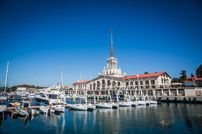 Парусные лодки в порту