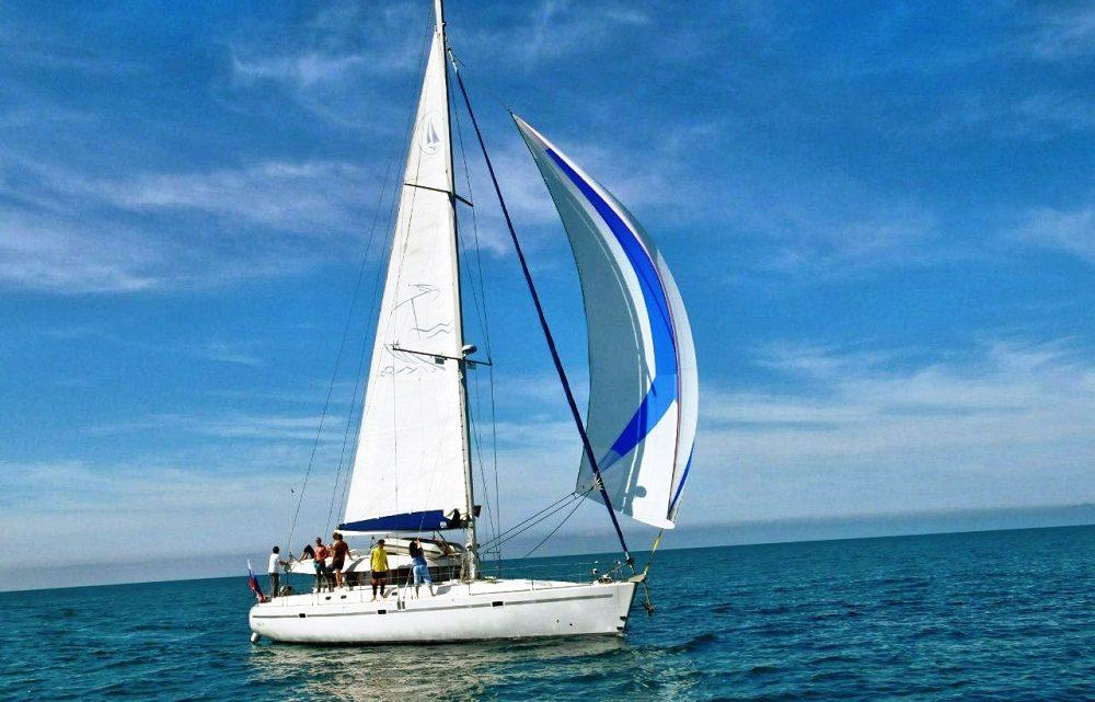 Белая лодка с парусом