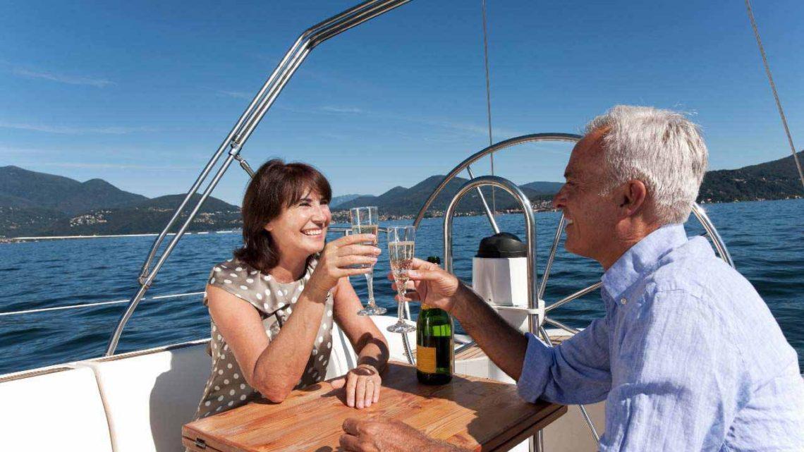 Мужчина с женщиной на парусной яхте